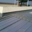 Връзка на ламаринен покрив към основна сграда